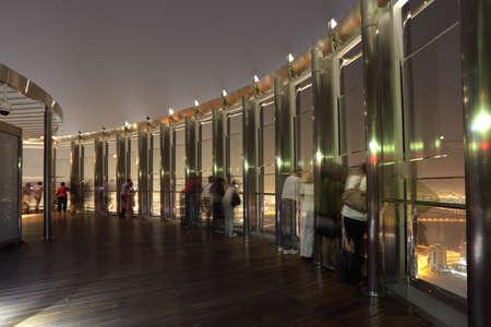 観察: 上部 - ブルジュ ・ ハリファ、ドバイ アラブ首長国連邦の展望台。Mai 2011 の 31 日で撮影した写真