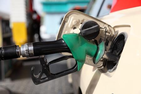 gasolinera: Reabastecimiento de combustible de un coche en la estaci�n de gas