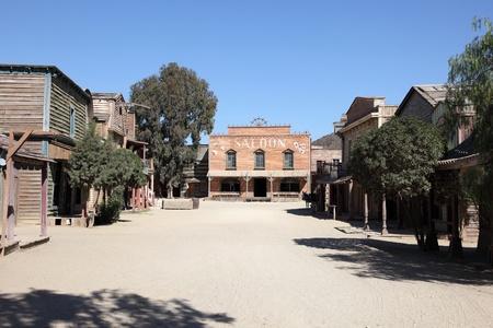 saloon: Limusina en una antigua ciudad del oeste americano