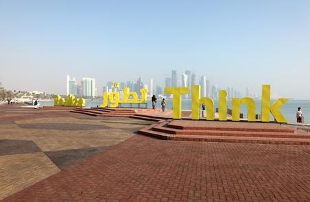 realiseren: Slogans Realiseer en Think op de corniche van Doha, Qatar. Foto genomen op 06 januari 2012