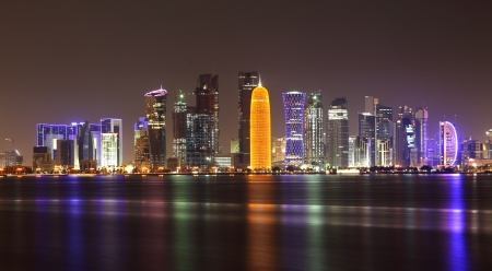 Doha Skyline bei Nacht, Katar, Naher Osten Standard-Bild