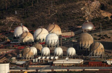 benzin: Fuel and gas storage tanks at an oil refinery