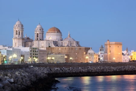 카디스에있는 성당 황혼, 안달루시아 스페인에 조명 스톡 콘텐츠