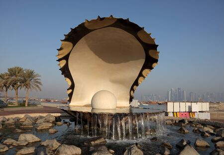 pearl shell: Oyster Pearl Fountain on the Corniche of Doha, Qatar