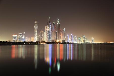 夜にドバイ マリーナ スカイライン。ドバイ, アラブ首長国連邦