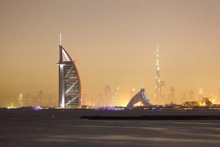 Verenigde Arabische Emiraten: Skyline van Dubai 's nachts, Verenigde Arabische Emiraten Redactioneel