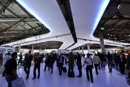 exhibition crowd: HANNOVER - SEP 20: I visitatori del Salone Internazionale per i veicoli commerciali il 20 settembre 2012 a Hannover Germania