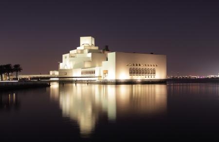 arte moderno: Museo de Arte Islámico de Doha iluminado por la noche. Qatar, Oriente Medio