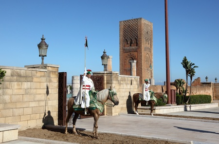 maroc: Entrance guards at the Mausoleum of Mohammed V in Rabat, Morocco