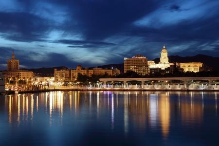 도시의 말라가 황혼 조명입니다. 스페인 안달루시아
