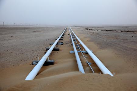 Oliepijpleiding in de woestijn van Qatar, het Midden-Oosten