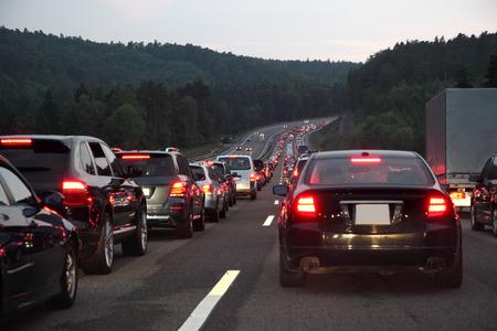 밤에 독일의 고속도로에서 교통 체증 스톡 콘텐츠