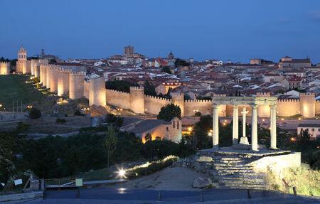 중세 도시의 아 빌라 황혼 조명입니다. Castile and Leon, 스페인 스톡 콘텐츠