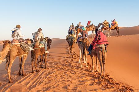 desierto del sahara: Caravana de camellos con los turistas en el desierto del Sahara. Marruecos, �frica Editorial