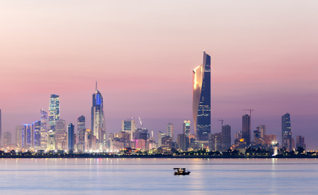 夜にクウェート市のスカイライン