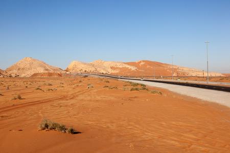 desierto: Monta�as Hajar y paisaje des�rtico en Fujairah, Emiratos �rabes Unidos Foto de archivo