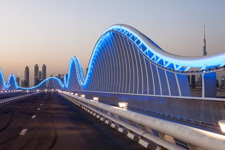 웨이브 모양의 Meydan 다리에서 두바이 블루 조명 밤. 아랍 에미리트 스톡 콘텐츠