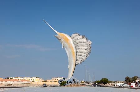 pez vela: Estatua de pez vela en una rotonda en Umm Al Quwain, Emiratos �rabes Unidos Foto de archivo
