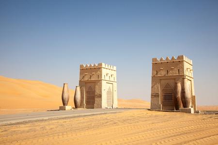 desierto: Puerta de entrada a un complejo en el desierto, en Abu Dhabi, Emiratos �rabes Unidos