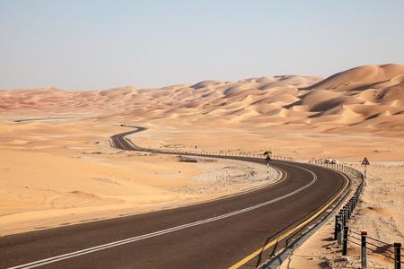 리와 오아시스, 아랍 에미레이트 연방의 아부 다비 에미리트에있는 모레 프 (Moreeb) 언덕까지 사막을 통과하는 도로
