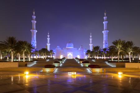 sheikh zayed mosque: Sheikh Zayed Mosque in Abu Dhabi illuminated at night
