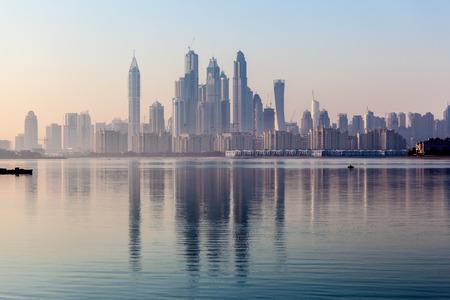 ドバイ マリーナは、朝の光の高層ビル。ドバイ、アラブ首長国連邦 写真素材