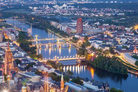 sachsenhausen: Veduta aerea sopra il fiume Meno nella citt� di Francoforte sul Meno illuminato di notte. Assia, Germania