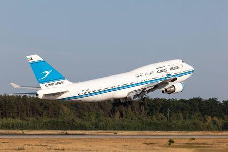 747 400: Francoforte, Germania - 17 luglio: Boeing 747-400 delle Kuwait Airways decollo presso l'aeroporto internazionale di Francoforte. 17 Luglio 2015 a Francoforte, Germania