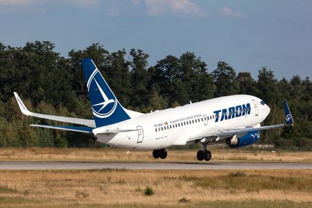 rumania: FRANKFURT, GERMANY - JULY 21: Tarom Airlines Boeing 737-700 starting from the Frankfurt International Airport (FRA). July 21, 2015 in Frankfurt Main, Germany Editorial