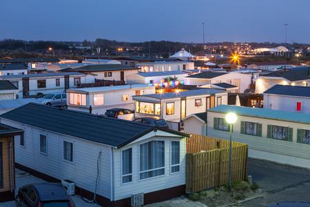 remolque: Parque de casas rodantes iluminado en la oscuridad en Holanda, Países Bajos