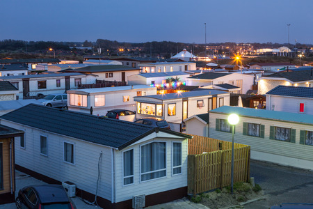 Trailer park verlicht in de schemering in Holland, Nederland