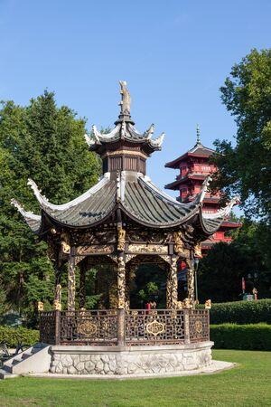lejano oriente: BRUSELAS, BÉLGICA - 22 de agosto: Pabellón chino y una torre de japonés en el Museo del Lejano Oriente en Bruselas. 22 de agosto 2015 en Bruselas, Bélgica