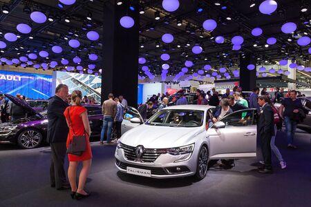 talisman: FRANKFURT, Alemania - SEP 22: El nuevo Renault Talisman en el IAA Internacional del Automóvil de 2015. 22 de de septiembre de, 2015, en Frankfurt, Alemania