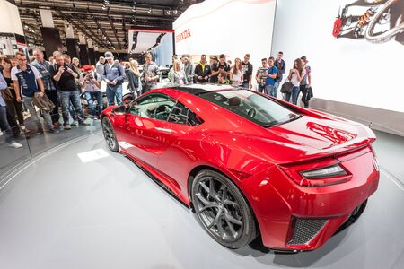 motor de carro: FRANCFORT, Alemania - 22 de septiembre: Honda NSX coche deportivo en el Sal�n Internacional del Autom�vil de 2015. 22 de septiembre 2015 en Frankfurt, Alemania Editorial