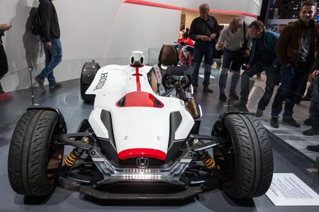 motor de carro: FRANKFURT, GERMANY - SEP 22: Honda Project 2 and 4 Concept Car at the IAA International Motor Show 2015. September 22, 2015 in Frankfurt Main, Germany