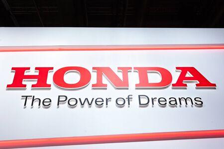 motor de carro: FRANKFURT, GERMANY - SEP 22: Honda Logo and slogan - The Power of Dreams - at the IAA International Motor Show 2015. September 22, 2015 in Frankfurt Main, Germany