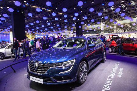 talisman: FRANKFURT, Alemania - SEP 22: El nuevo Renault Talisman Grandtour en el IAA Internacional del Autom�vil de 2015. 22 de de septiembre de, 2015, en Frankfurt, Alemania Editorial