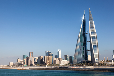 comercio: rascacielos del World Trade Center y el horizonte de la ciudad de Manama, Reino de Bahrein