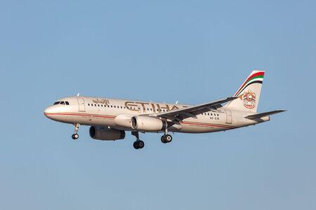 バーレーン - 11 月 15 日: エティハド航空エアバス A320 232 機バーレーン国際空港に着陸します。2015 年 11 月 15 日バーレーン王国ムハーラク島に