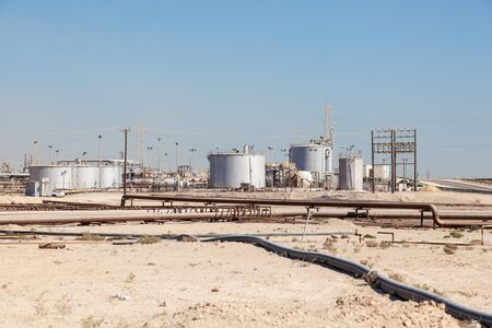industria petroquimica: Petrochemical industry facilities in the desert of Bahrain, Middle East