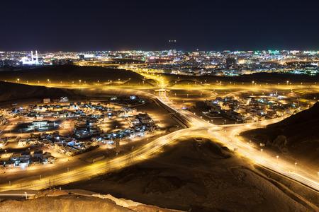 Vista sopra la città di Muscat di notte. Sultanato di Oman, Medio Oriente