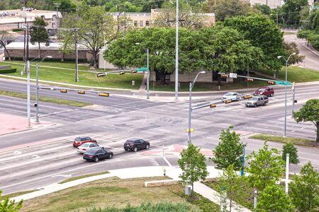 Het kruispunt met stoplichten in de stad van Dallas. Texas, Verenigde Staten