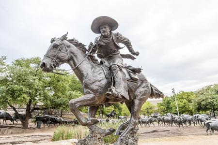 DALLAS, États-Unis - 9 avril: statue Cowboy dans la ville de Dallas. La statue a été doué par Trammel Crow, à la ville de Dallas. 9 avril 2016 à Dallas, Texas, USA Banque d'images - 58701530