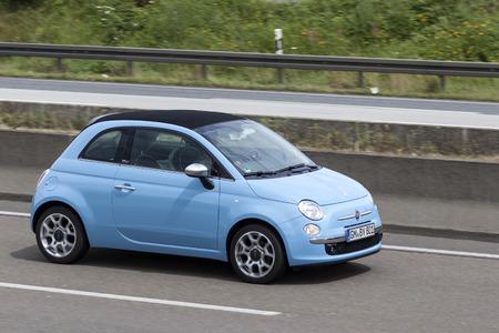 Francfort, Allemagne - 12 juillet 2016: Blue Fiat 500 conduite sur l'autoroute en Allemagne
