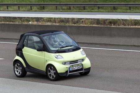 Francfort, Allemagne - 12 juillet 2016: Smart Fortwo conduite sur l'autoroute en Allemagne