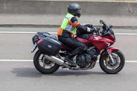 motociclista: FRANKFURT, Alemania - 12 de julio, 2016: El motorista en una motocicleta Honda conducción en la carretera en Alemania Editorial