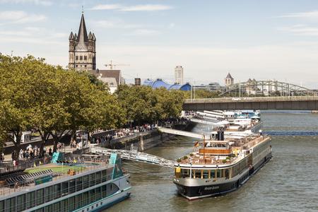 COLOGNE, ALLEMAGNE - 7 août 2016: Les navires de croisière à la rive du Rhin, dans la ville de Cologne. Rhénanie du Nord-Westphalie, Allemagne Éditoriale