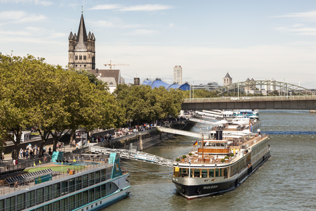 COLOGNE, GERMANY - AUG 7, 2016: Cruise ships at the Rhine river bank in the city of Cologne. North Rhine-Westphalia, Germany 新聞圖片