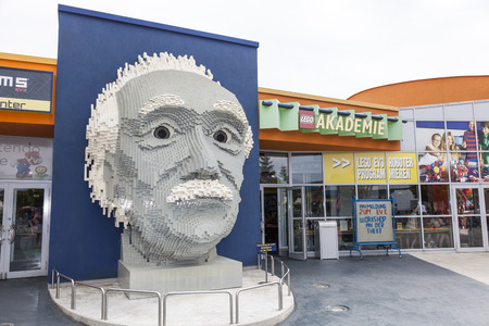 GUNZBURG, GERMANY - AUG 18, 2016: Albert Einstein bust at the Lego Academy in Legoland Deutschland in Guenzburg, Baden Wurtemberg, Germany 新聞圖片