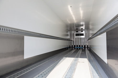 빈 냉장 트레일러의 내부 스톡 콘텐츠